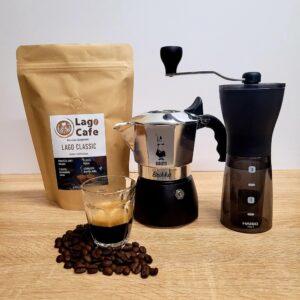 Bialetti Brikka kotyogós hario mini mill slim plus kávéőrlővel és egy csomag lagocafe kávéval
